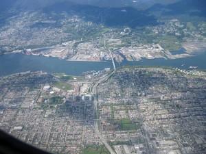 """Anflug auf Vancouver: Burnaby Heights, die """"Iron Workers Memorial Bridge"""" und der Hafen"""
