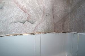 Gammel über den Fliesen der Badewanne