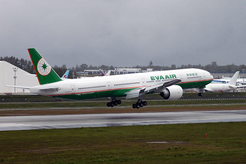 Fabrikneue 777 der Eva Air landet nach einem Testflug.