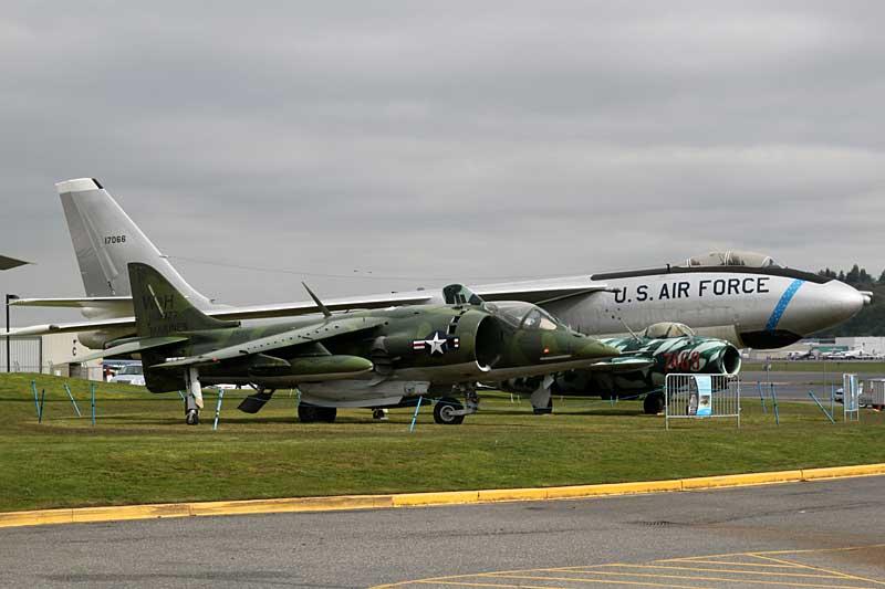 """B-47 """"Stratojet"""" (Hintergrund) und AV-8C """"Harrier"""" (Vordergrund)"""