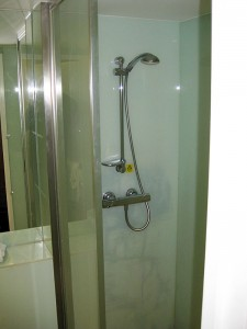 Die Duschkabine mit Thermostat-Mischbatterie