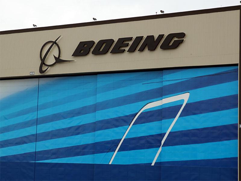 Das bekannte Boeing-Logo an den Werkshallen