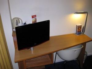 Der Schreibtisch mit Fernseher