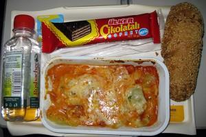 Das Essen im Überblick - undefinierbare Pasta, ein Brötchen und ein Schokoriegel