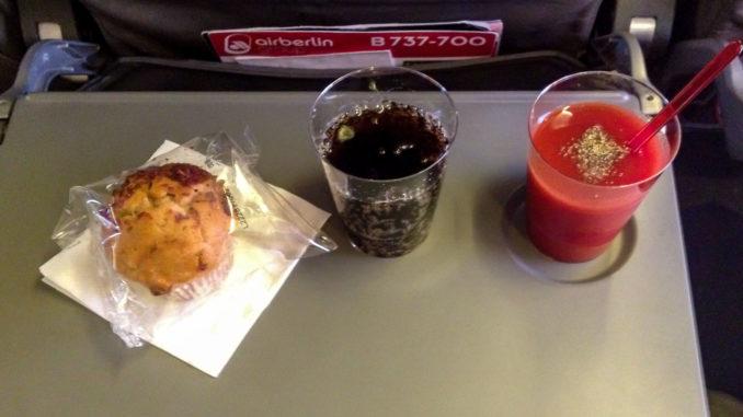 Süßer Snack und Getränke bei Air Berlin (Symbolbild)