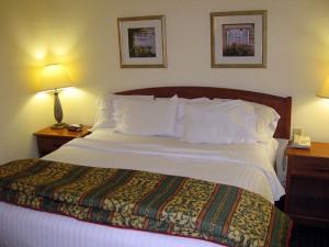 Breites Bett mit fünf (!) Kissen