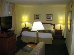 Überblick von der Tür aufs Bett - links die Couch, rechts die Küche