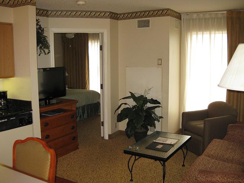 Das Wohnzimmer mit Blick ins Schlafzimmer durch die geöffnete Türe