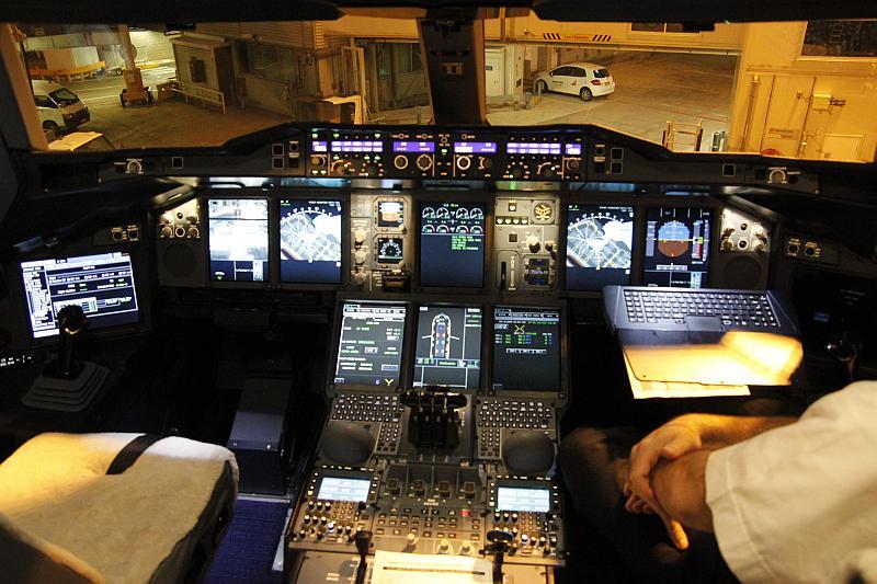 Cockpit des Airbus A380 A6-EDZ