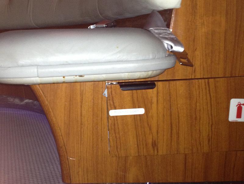 Die Couch in der Bar des Emirates A380 A6-EDA mit Flecken und zerschlissener Abdeckklappe