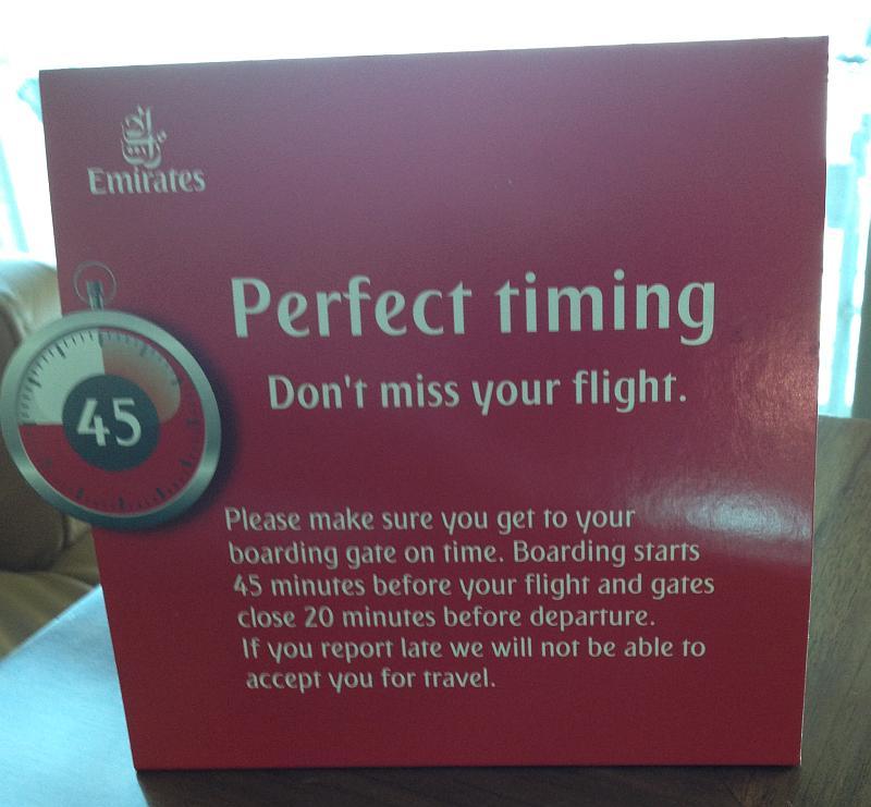 Aufsteller in der Emirates Business Lounge mit Hinweis auf die Boarding Time