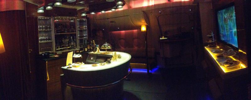 Panoramablick in die Bar bei Nacht