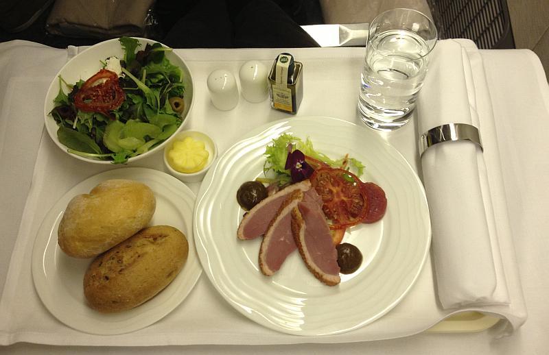Die Vorspeise auf dem Flug von Düsseldorf nach Dubai: Geräucherte Entenbrust-Streifen