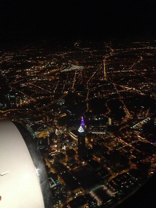 Die Innenstadt von Cleveland, Ohio, im Landeanflug auf den Flughafen von Cleveland