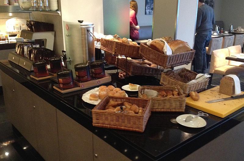 Die Auswahl an Brot- / Brötchen und Tee-Sorten ist umfangreich