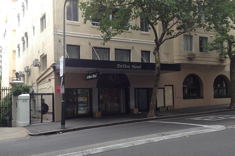"""Der Eingang unserer """"Edel-Herberge"""" DeVere Hotel"""