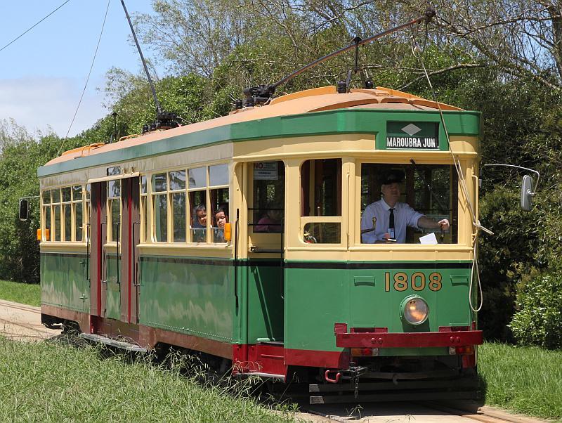 Eine der historischen Straßenbahnen, die zwischen den beiden Standorten pendeln