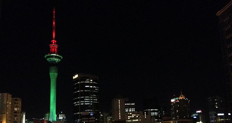 Der Skytower in weihnachtlichem Grün und Rot angestrahlt