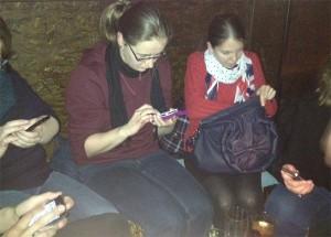 Reise-Blogger unter sich: Die Smartphones immer griffbereit
