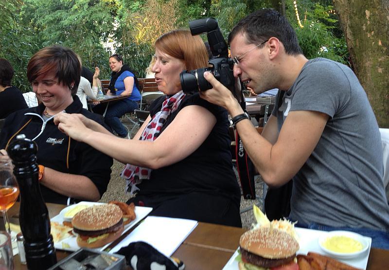 Blogger fotografieren sich gegenseitig dabei, wie Blogger Essen fotografieren ;-)