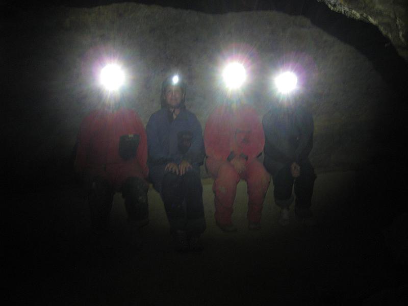 Stockdunkel ist es in der Höhle - nur die Stirnlampen geben Licht