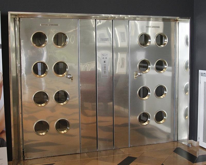 Die Aufzüge in der Lobby im Stil der 50er Jahre