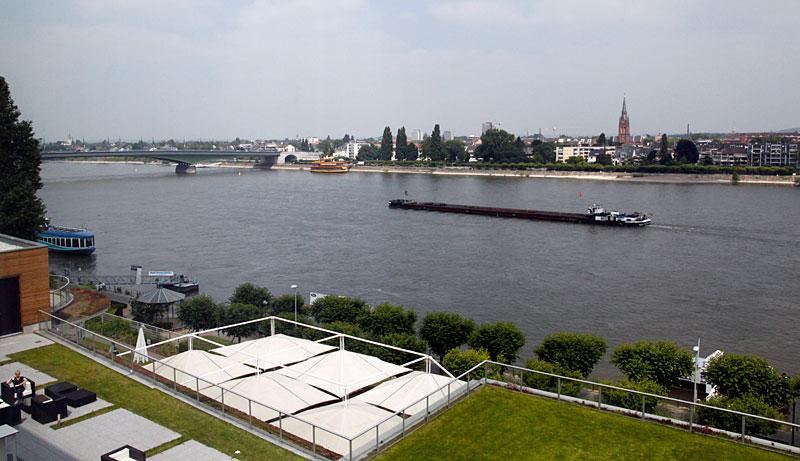 Der Blick aus dem Hotelzimmer auf den Rhein und die Kennedy-Brücke