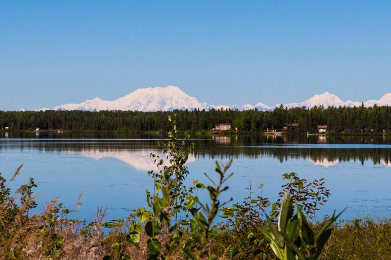 Am Ufer des Kashwitna Lake kann man schon den Mount MacKinley am Horizon erkennen.