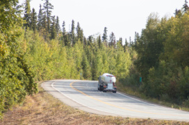 Ein einsamer Truck auf dem Weg nach Fairbanks