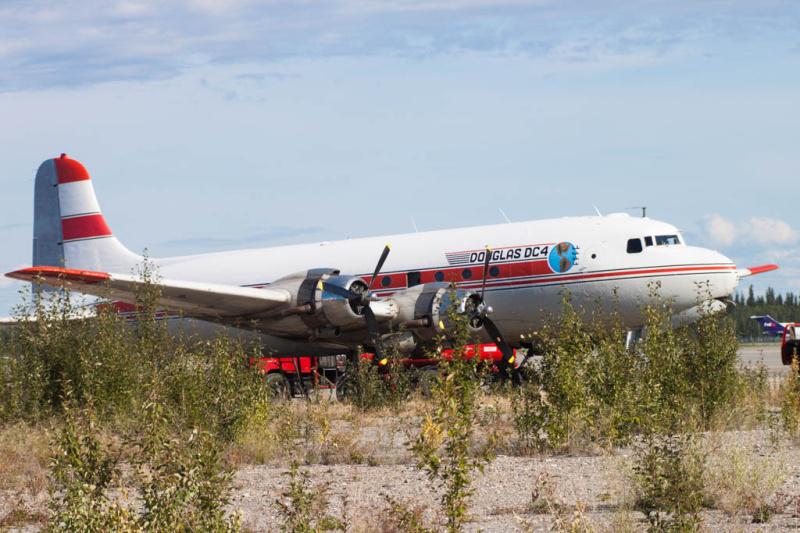 DC-4 (Reg. N96358) von Alaska Air Fuel beim Auftanken
