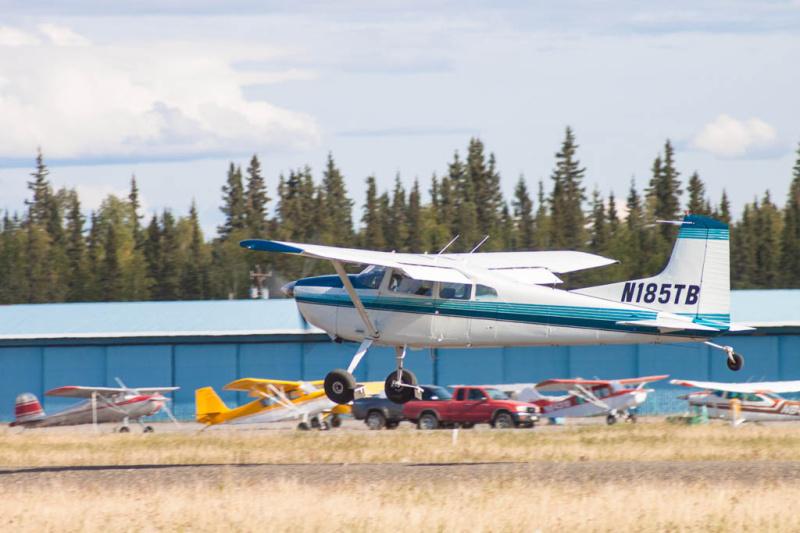 """Eine Cessna 185 (Reg. N185TB) beim Start in Fairbanks auf Runway """"SKI 2"""""""