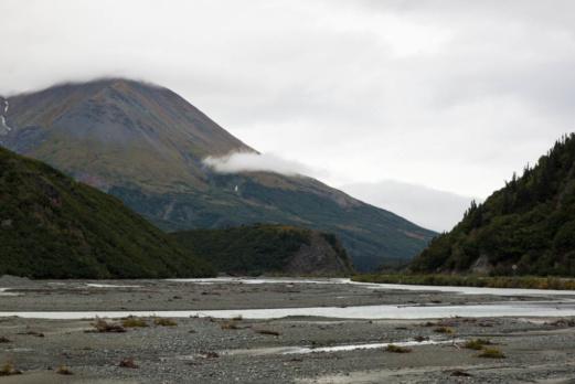 Berge, Wolken und ein Fluss