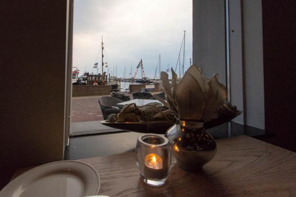 Essen mit Blick auf den Hafen