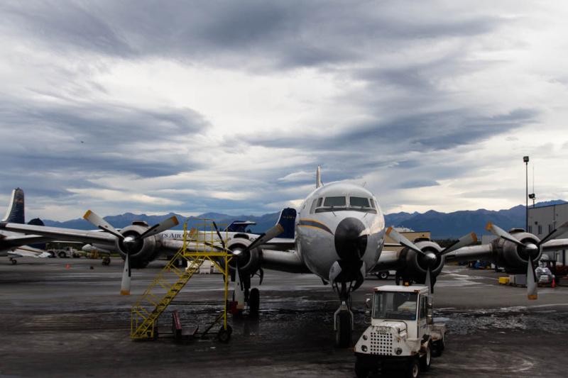 Eine DC-6 von Everts Air auf der Ramp in Anchorage