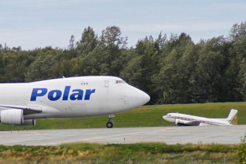 Boeing 747 und Douglas DC-3 zeitgleich beim Taxiing in Anchorage