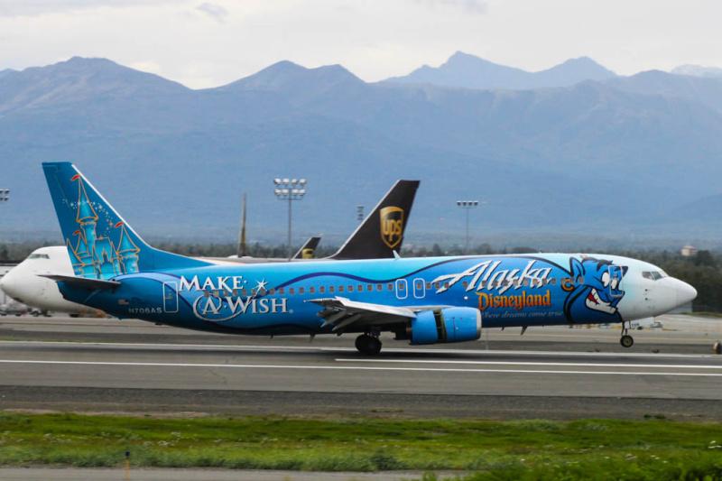 """Boeing 737 der Alaska Airlines ind """"Disneyland""""-Sonderbemalung (N706AS)"""