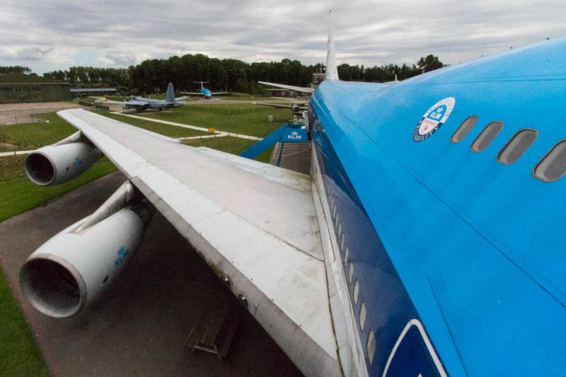 Ein Blick aus dem geöffneten Emergency Exit auf dem Upper Deck der Boeing 747 - ganz schön hoch ;-)