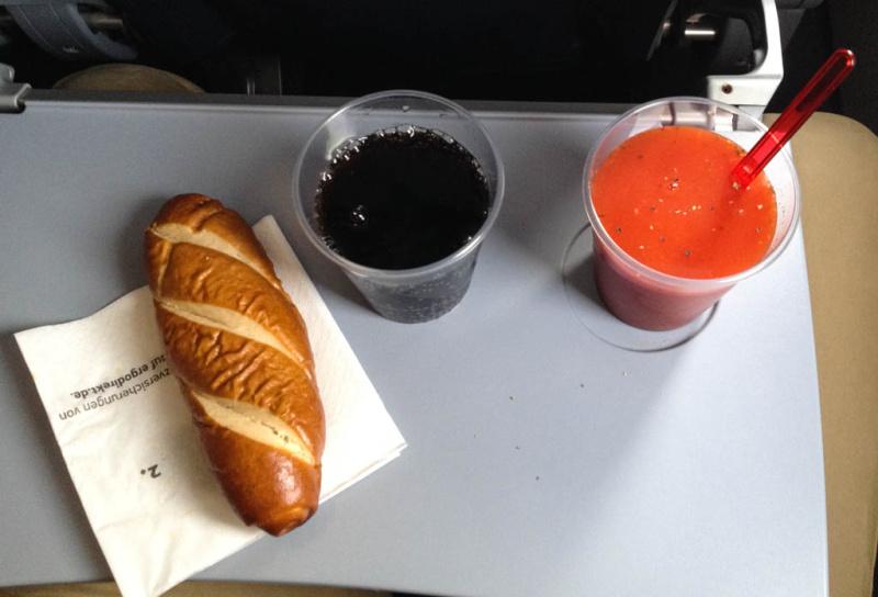 Cola, Tomatensaft und die Laugenstange - erst 20 Minuten vor der Landung serviert