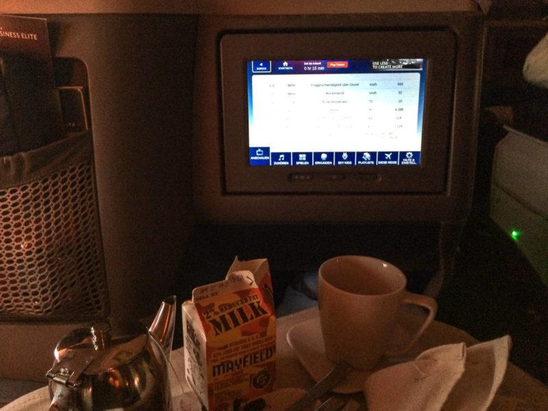 15 Minuten vor der Landung in Düsseldorf steht immer noch mein Frühstückstablett vor mir