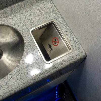 Der Mülleimer-Deckel ist auf den Toiletten der Business Class ebenfalls mit einem Fußpedal bedienbar