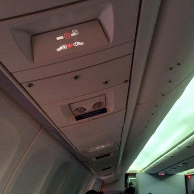 Die Knopfleiste für den Vorhang des Crew Rest