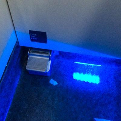Die Toilettenspülung ist auf den Toiletten der Business Class mit einem Fußpedal zu bedienen