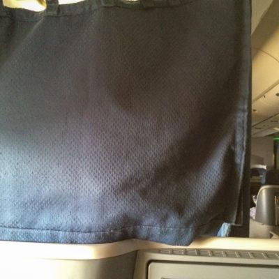 Vor Sitz 8A ist ein Crewrest. Nervt, die ganze Zeit auf einen Vorhang zu starren...