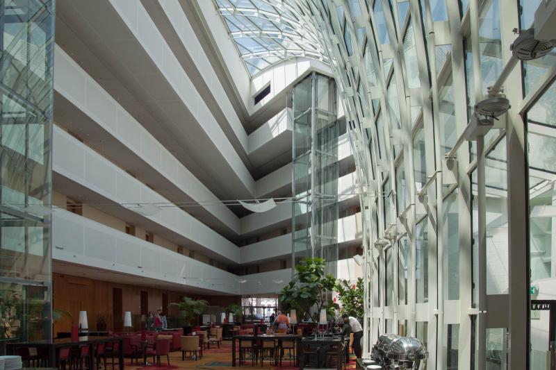 """Die Lobby - über die """"Balkone"""" erreicht man die Zimmer"""