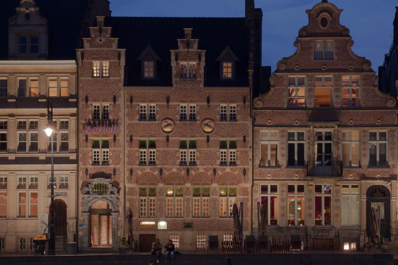 Auch das Marriott Gent wird abends schön angeleuchtet