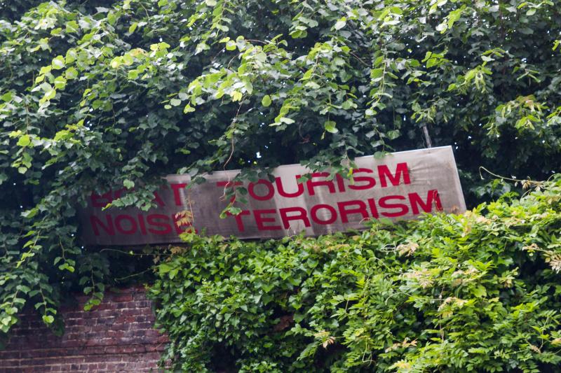 """Nicht jeder Genter ist von den Touristenbooten begeistert: """"Boat Tourism - Noise Terrorism"""""""