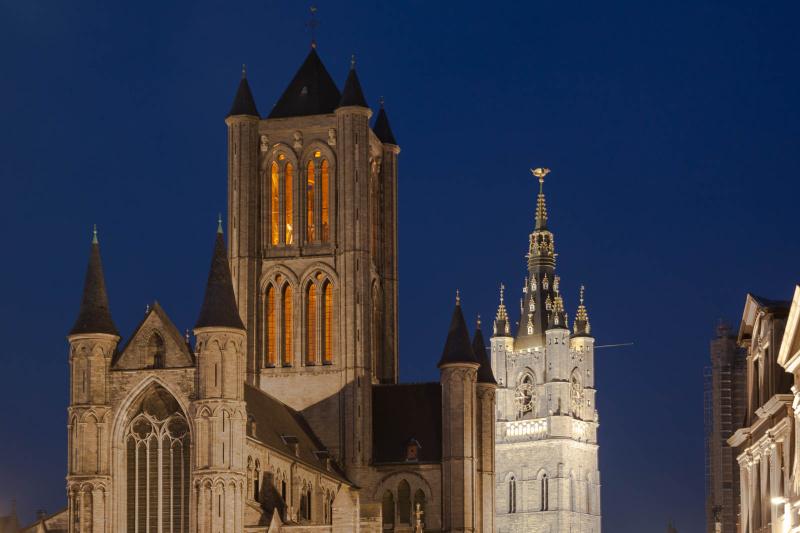 Sint Niklaaskerk und Belfried bei Nacht
