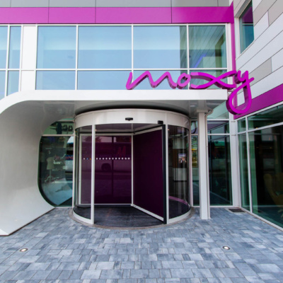 Eingang des Moxy Hotel Mailand