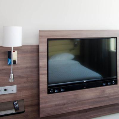 Der große 42-Zoll-Fernseher mit Apple TV in den Zimmern im Moxy Hotel Mailand