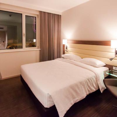 Blick ins Zimmer im Moxy Hotel Mailand
